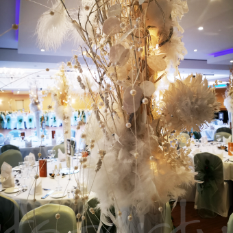 luxurious-table-decoration-light-feather
