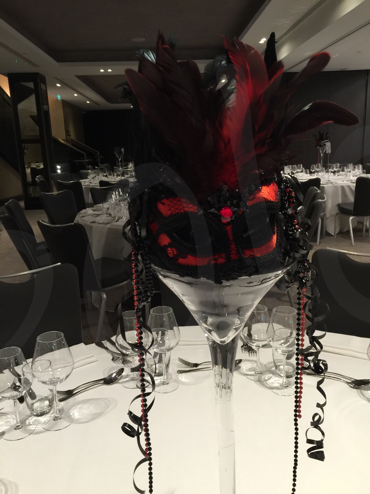 masquerade-red-table-decoration