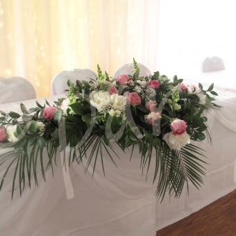 fresh-floral-head-table-decoration
